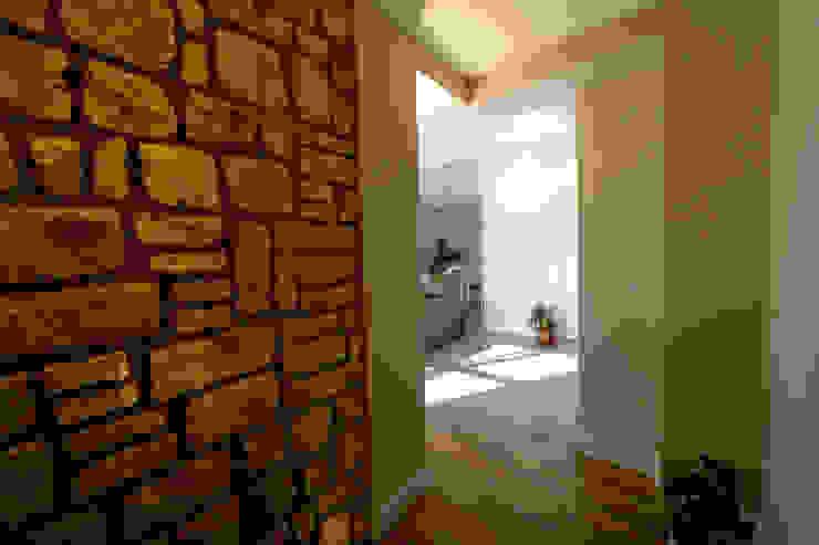 casa Mast Ingresso, Corridoio & Scale in stile mediterraneo di yesHome Mediterraneo