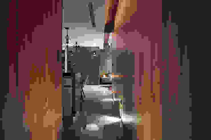 The Metaphor of Residence─冠德鼎極.居所的隱喻 現代風玄關、走廊與階梯 根據 DYD INTERIOR大漾帝國際室內裝修有限公司 現代風