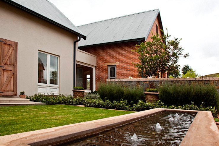 Beautiful Gowrie Farm Classic style houses by Walker Smith Architects Classic