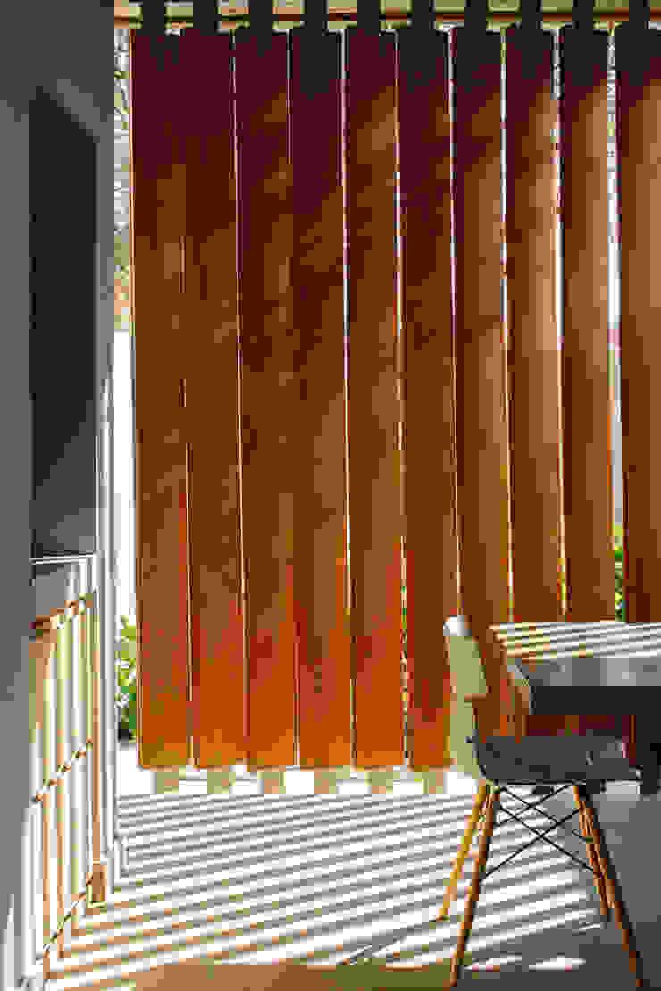 www.mezzanineinteriors.co.za Balcones y terrazas de estilo moderno