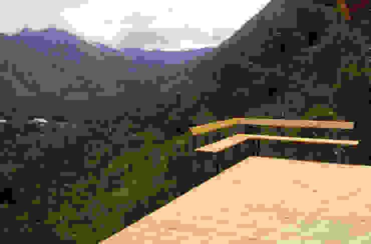 Varandas, alpendres e terraços modernos por Taller de Ensamble SAS Moderno Madeira Efeito de madeira