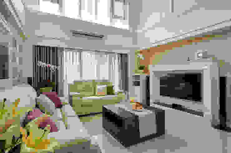 法式美學新古典-浪漫優雅樓中樓 现代客厅設計點子、靈感 & 圖片 根據 采金房 Interior Design 現代風