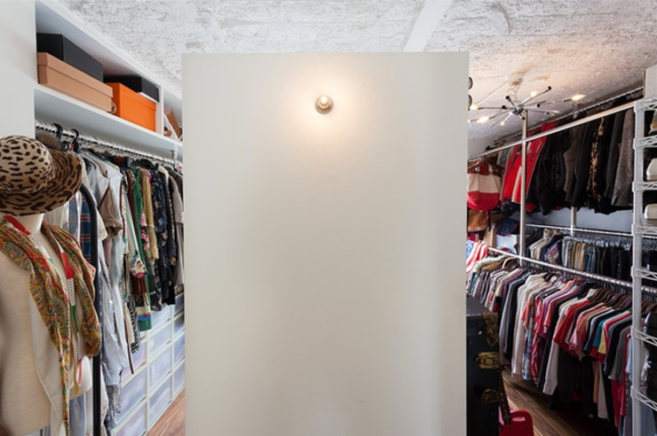 A邸-ワークスペースに夫婦それぞれの空間 モダンデザインの ドレッシングルーム の 株式会社ブルースタジオ モダン