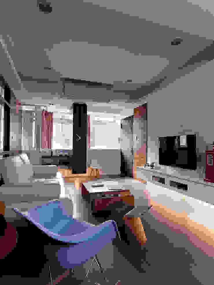 美式都會的時尚風格-寫意人生的輕快節奏 现代客厅設計點子、靈感 & 圖片 根據 采金房 Interior Design 現代風