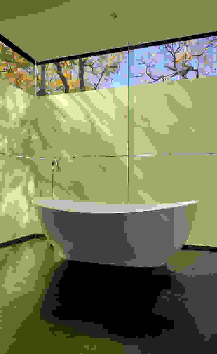 Bathroom by www.mezzanineinteriors.co.za Modern