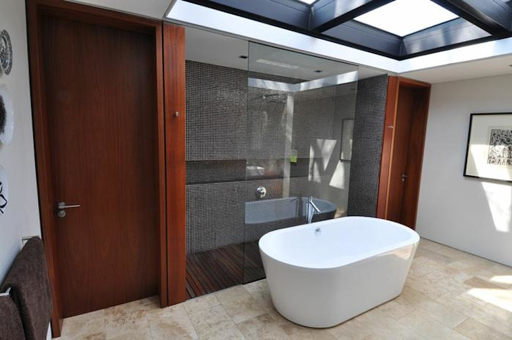Lee Ann & Marcus' House Modern bathroom by www.mezzanineinteriors.co.za Modern