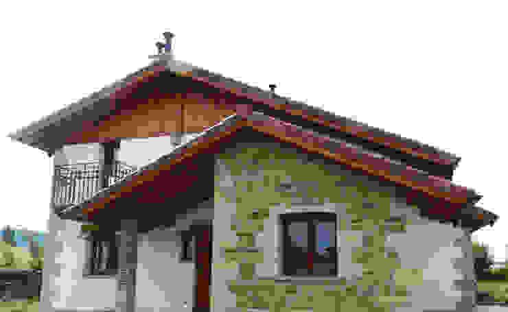 Front House Casas de estilo rústico de XTid Associates Rústico