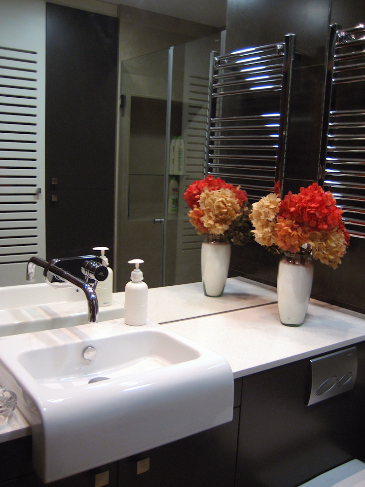Shower room, Sink area. Classic style bathroom by XTid Associates Classic