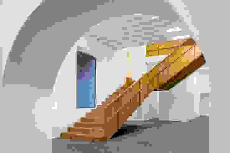 Modern corridor, hallway & stairs by Menos é Mais - Arquitectos Associados Modern