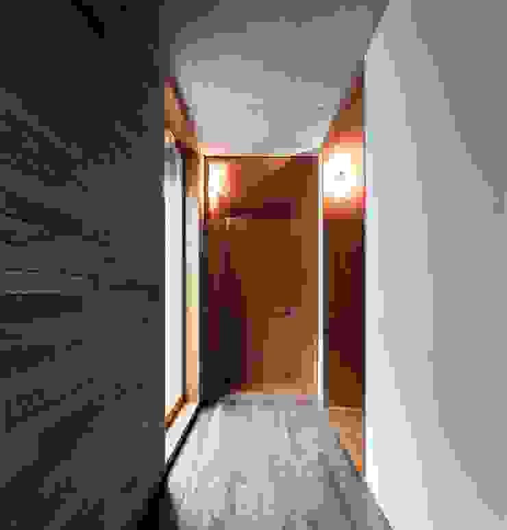 Pasillos, vestíbulos y escaleras modernos de Menos é Mais - Arquitectos Associados Moderno
