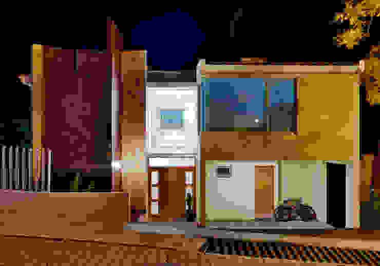 FACHADA NOCTURNA Casas minimalistas de Excelencia en Diseño Minimalista Ladrillos