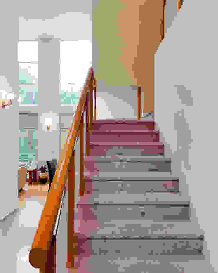 ESCALERA Pasillos, vestíbulos y escaleras minimalistas de Excelencia en Diseño Minimalista Derivados de madera Transparente