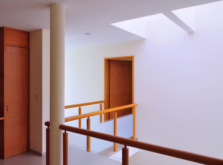 DOBLE ALTURA Pasillos, vestíbulos y escaleras minimalistas de Excelencia en Diseño Minimalista Derivados de madera Transparente