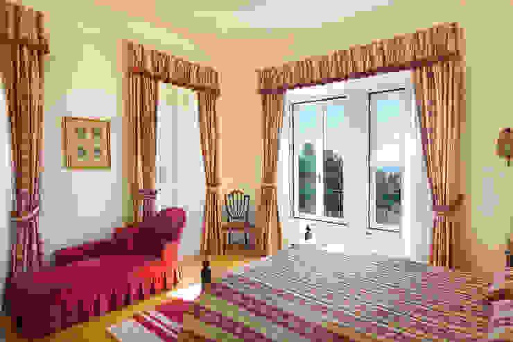 غرفة نوم تنفيذ Pedro Brás - Fotógrafo de Interiores e Arquitectura | Hotelaria | Alojamento Local | Imobiliárias , كلاسيكي