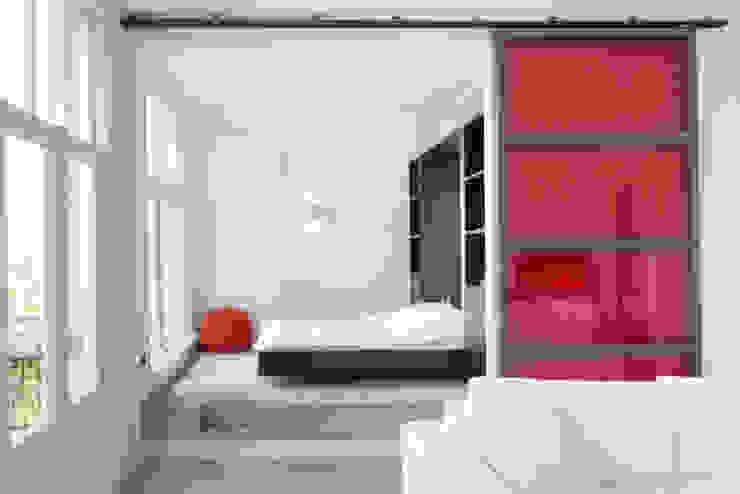 slaapkamer met uitklapbed. Moderne slaapkamers van IJzersterk interieurontwerp Modern