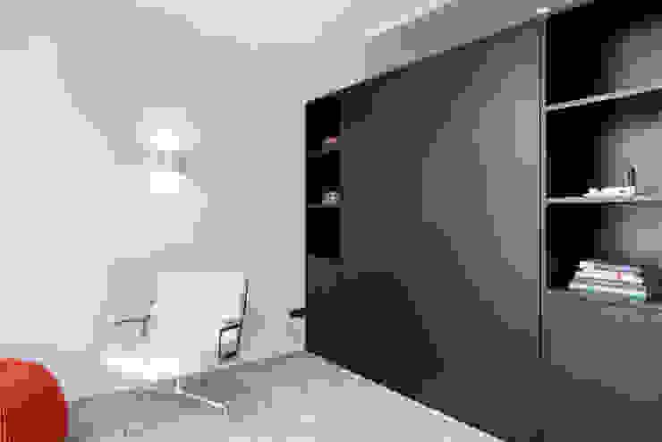 kastenwand met uitklapbed van zwart eiken Moderne woonkamers van IJzersterk interieurontwerp Modern Massief hout Bont