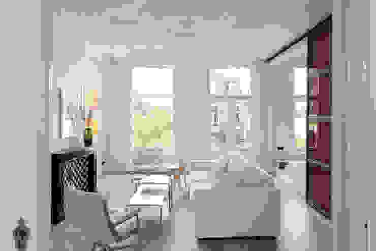 lichte huiskamer met ornamenten plafond Moderne woonkamers van IJzersterk interieurontwerp Modern