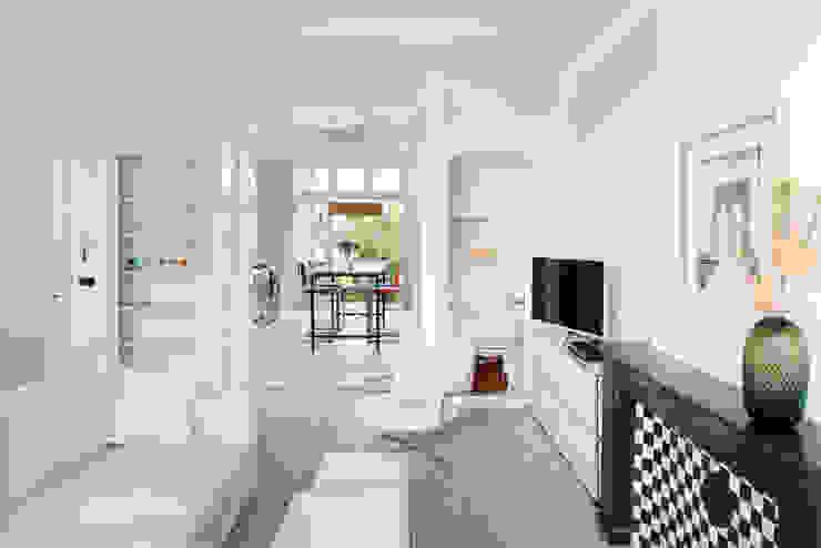 lichte huiskamer met ornamenten plafond Industriële woonkamers van IJzersterk interieurontwerp Industrieel