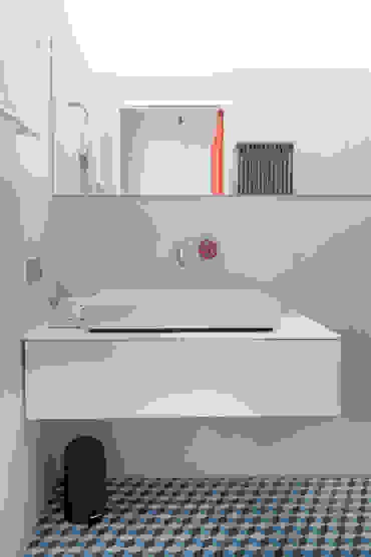 badkamer met onverwachte kleuren Moderne badkamers van IJzersterk interieurontwerp Modern