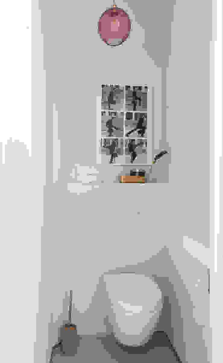 toilet met koperen kraan Moderne badkamers van IJzersterk interieurontwerp Modern