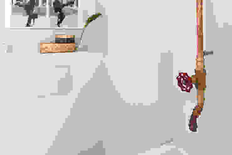 toilet met koperen kraan Industriële badkamers van IJzersterk interieurontwerp Industrieel