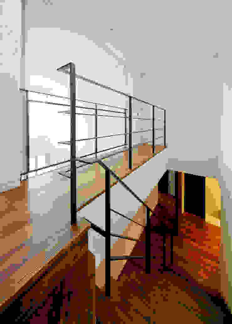 渡り廊下 モダンな 家 の H建築スタジオ モダン