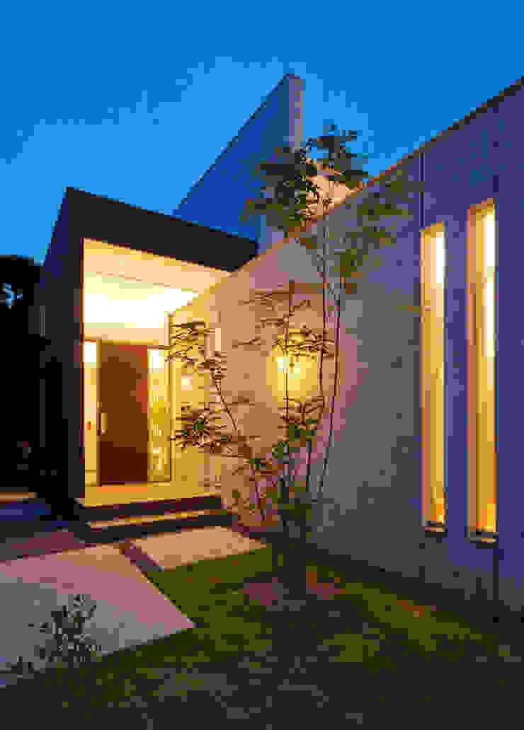 アプローチ2 モダンな 家 の H建築スタジオ モダン