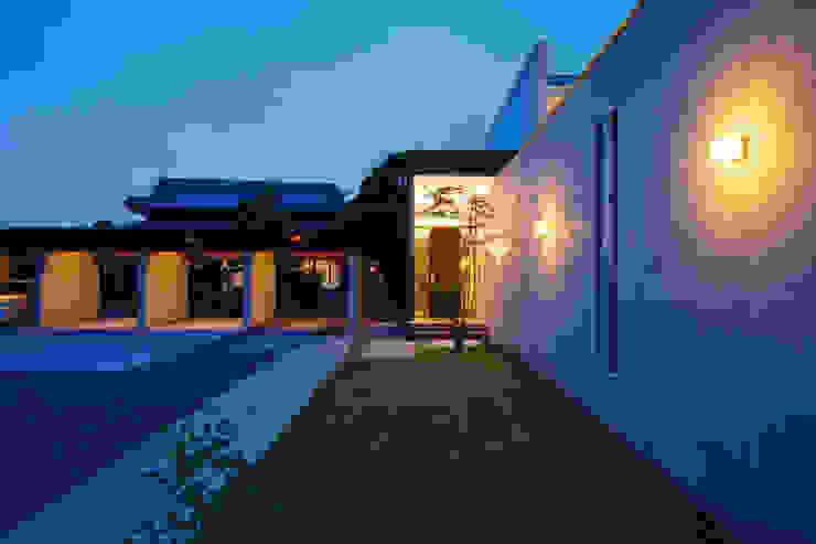 アプローチ3 モダンな 家 の H建築スタジオ モダン