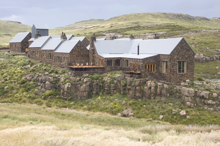 Tenahead lodge Country style house by Urban concept architects Country Stone