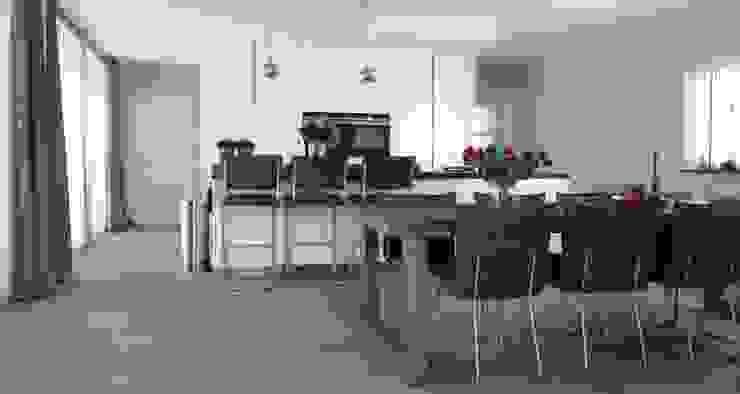 Modern vormgegeven woonkeuken Modern Dining Room by Villa Delphia Modern