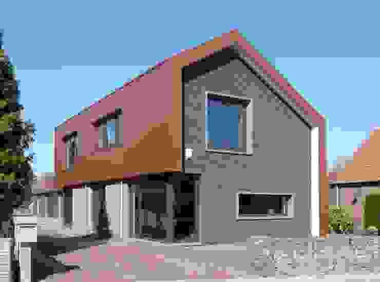 Modern vormgegeven villa Industrial style houses by Villa Delphia Industrial