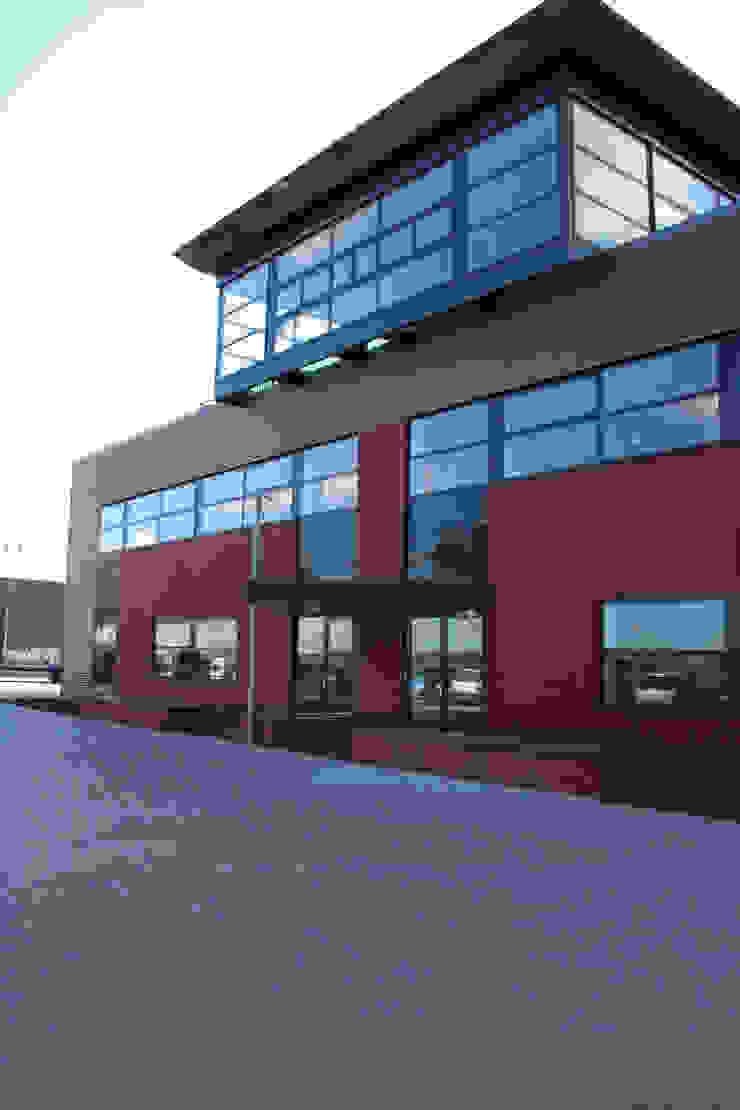 Buiten Parkeerplaats Industriële balkons, veranda's en terrassen van LINDESIGN Amsterdam Ontwerp Design Interieur Industrieel Meubels Kunst Industrieel