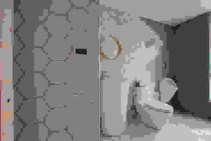 Minimalist style bathrooms by 六相設計 Phase6 Minimalist