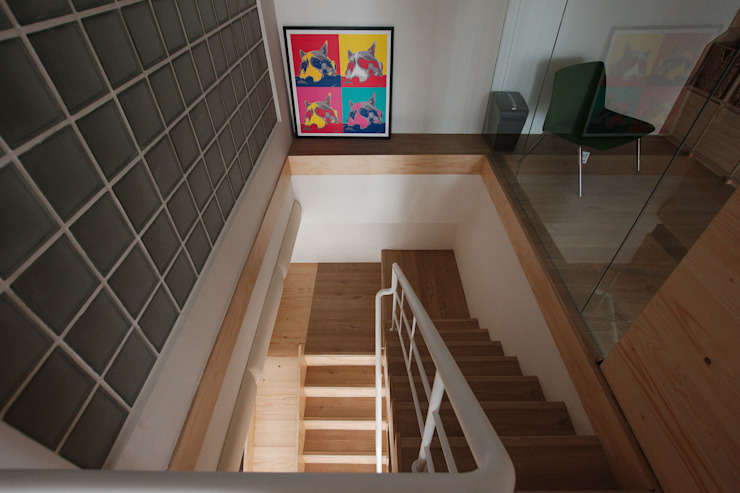 Minimalist corridor, hallway & stairs by 六相設計 Phase6 Minimalist