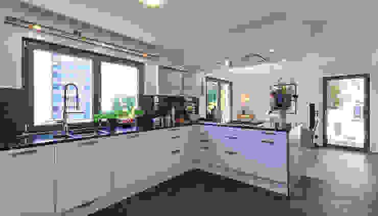 Offener Koch-Essbereich mit dunklem Feinsteinzeugboden KitzlingerHaus GmbH & Co. KG Moderne Küchen Weiß