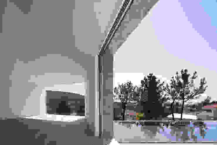 Modern windows & doors by Menos é Mais - Arquitectos Associados Modern