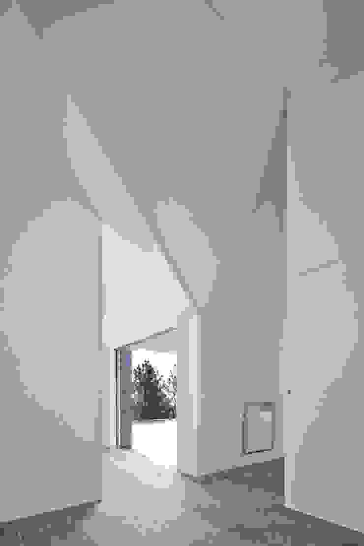 Modern Corridor, Hallway and Staircase by Menos é Mais - Arquitectos Associados Modern