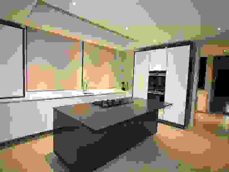 Kitchen by E2 Architects Minimalist Granite