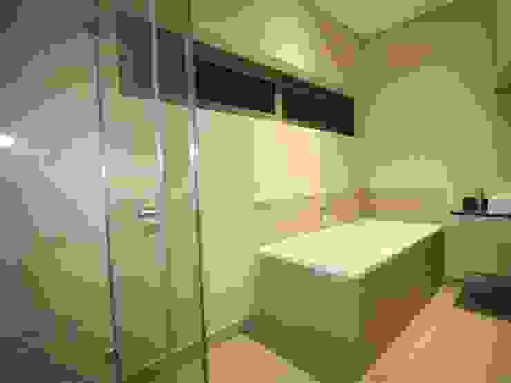 bathroom Minimal style Bathroom by E2 Architects Minimalist Glass
