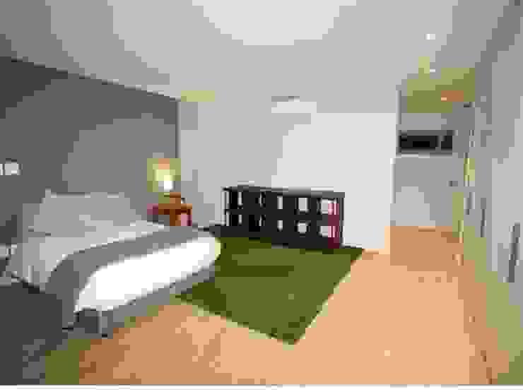 Minimalistische Schlafzimmer von E2 Architects Minimalistisch Holz Holznachbildung