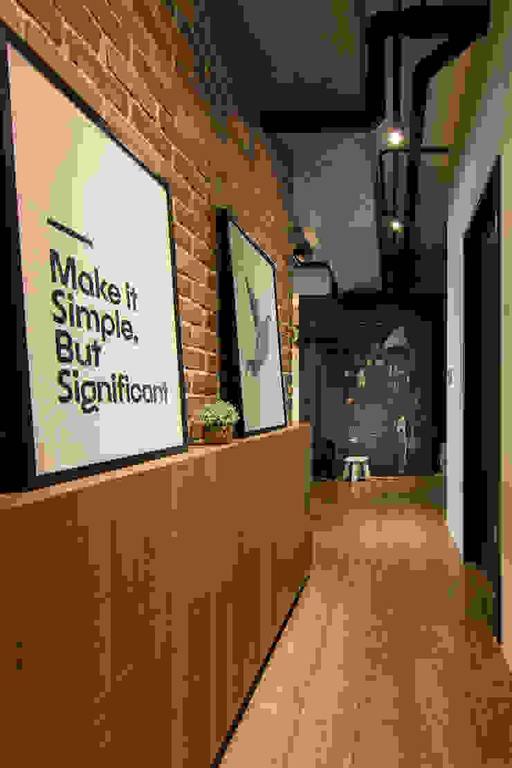 HWH house 工業風的玄關、走廊與階梯 根據 珞石設計 LoqStudio 工業風