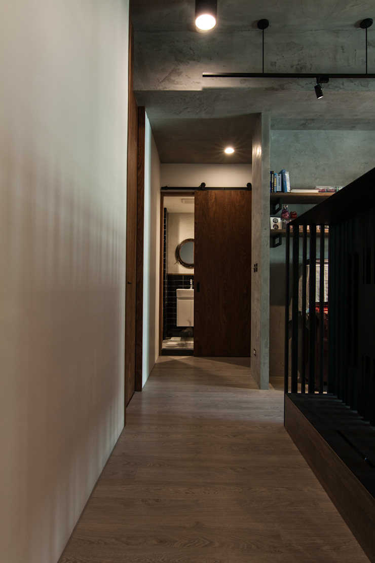 WLL house 工業風的玄關、走廊與階梯 根據 珞石設計 LoqStudio 工業風