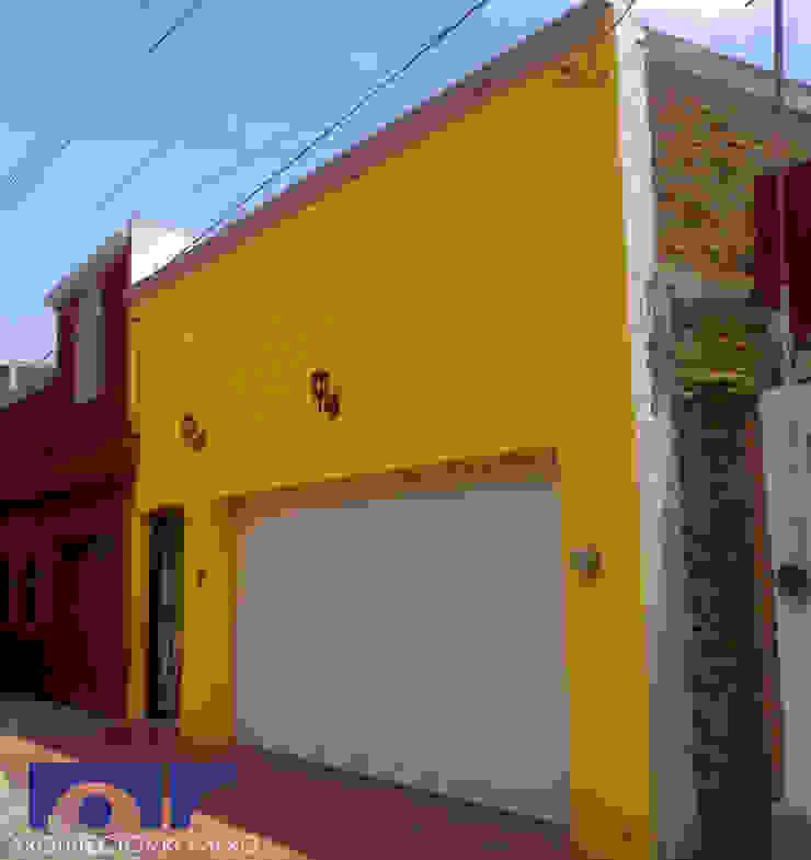Fachada principal Casas coloniales de Arquitectos Romero Colonial Ladrillos
