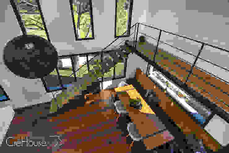 Moderner Flur, Diele & Treppenhaus von Agence CréHouse Modern