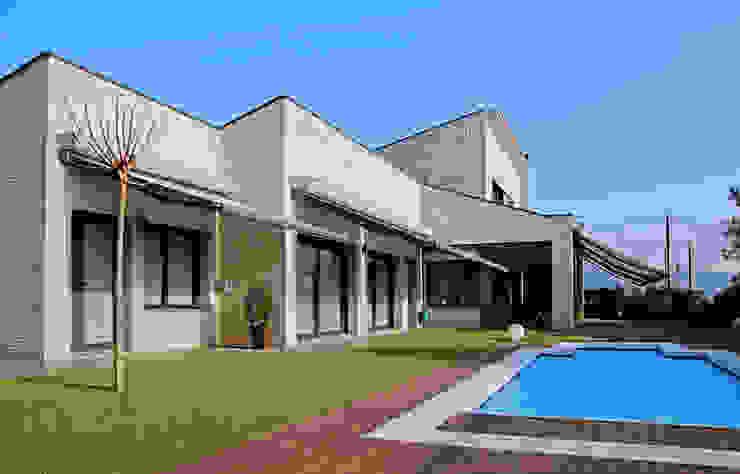 Fachada Piscina Toldos Cocinas modernas de Atres Arquitectes Moderno Ladrillos