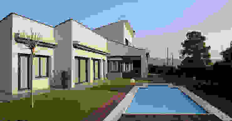 Fachada Piscina Casas de estilo moderno de Atres Arquitectes Moderno Ladrillos