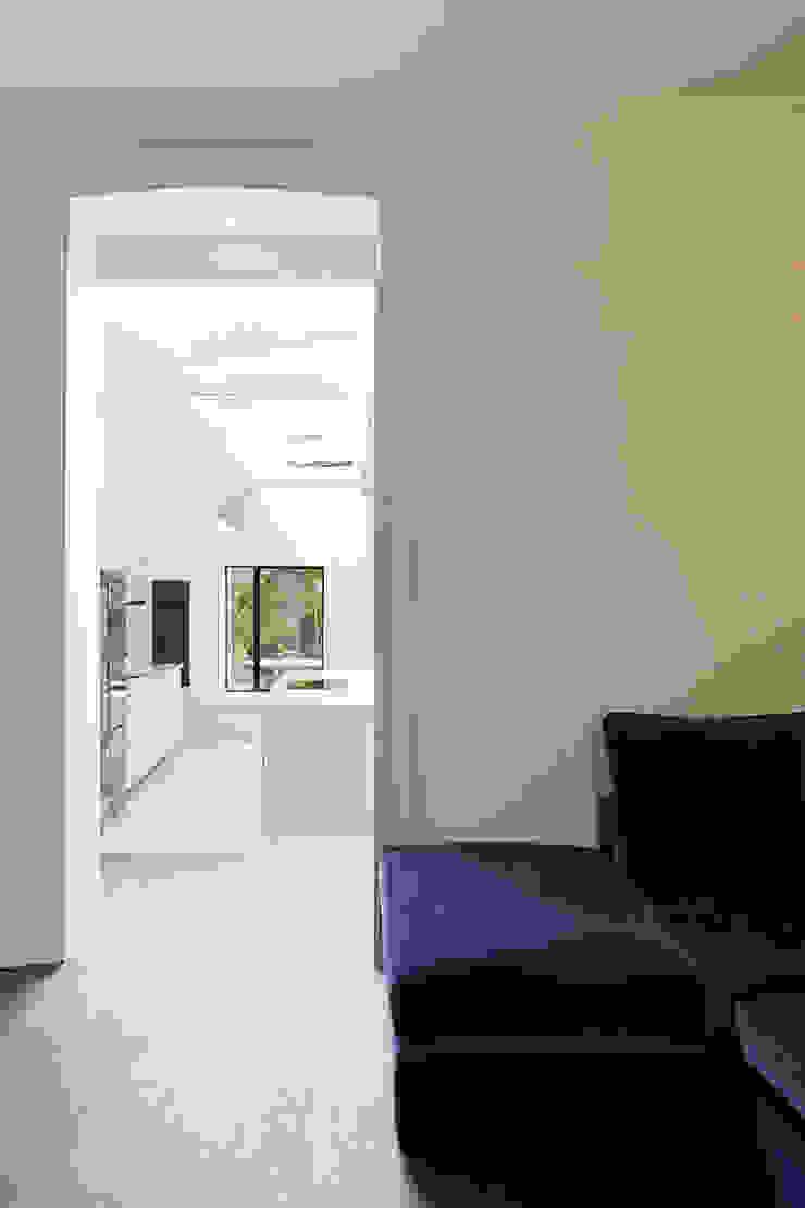 The Slate House Nowoczesny salon od Gundry & Ducker Architecture Nowoczesny Drewno O efekcie drewna