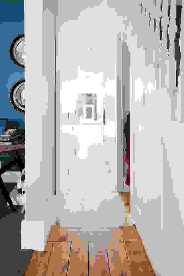 View from Hallway. Nowoczesny korytarz, przedpokój i schody od Gundry & Ducker Architecture Nowoczesny Drewno O efekcie drewna