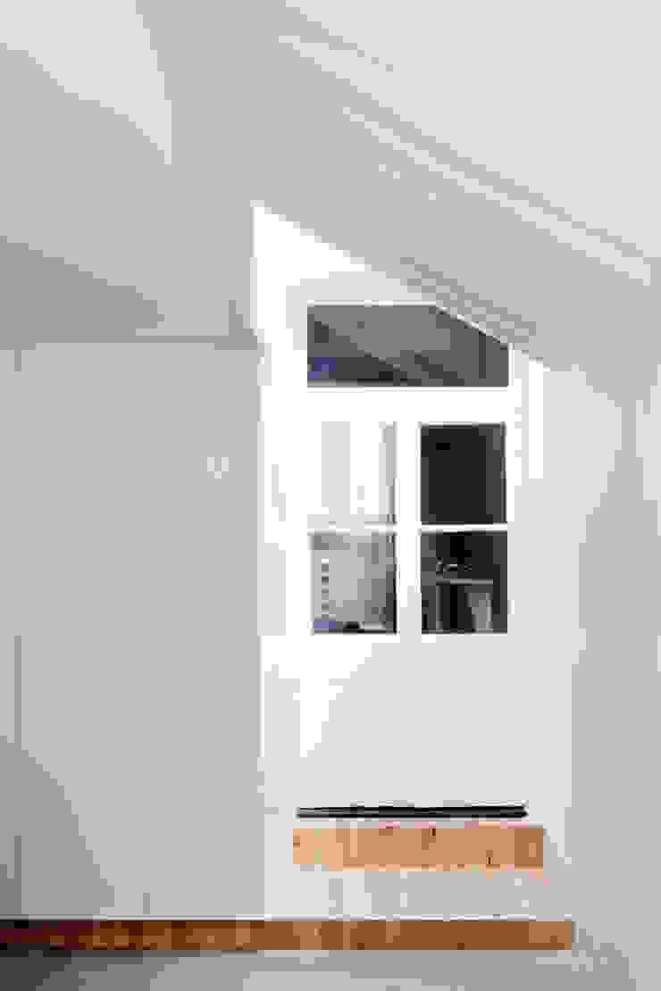 View back to original house Nowoczesny salon od Gundry & Ducker Architecture Nowoczesny Płyta MDF