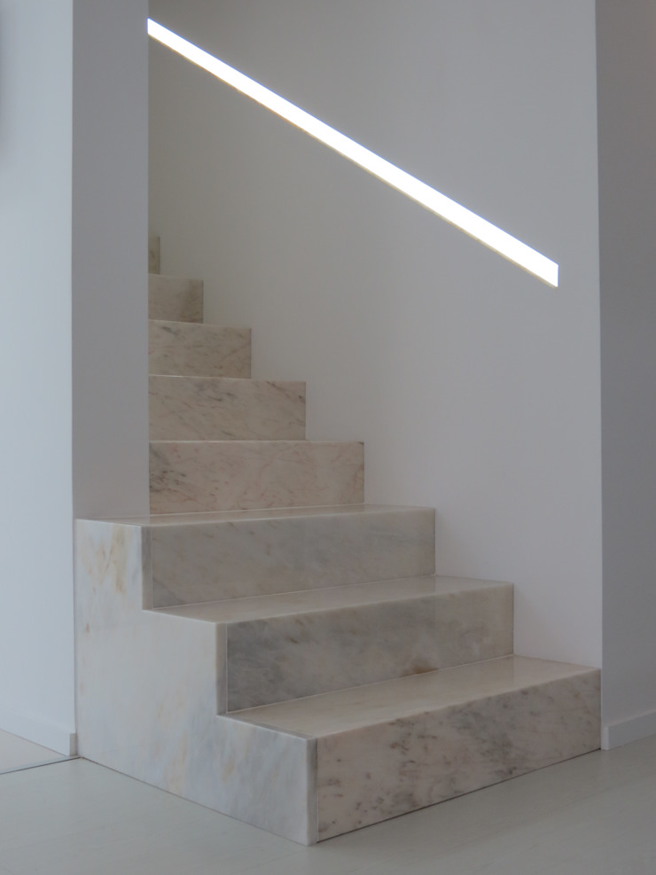 Habitação unifamiliar Corredores, halls e escadas minimalistas por Ivo Sampaio Arquitectura Minimalista Mármore